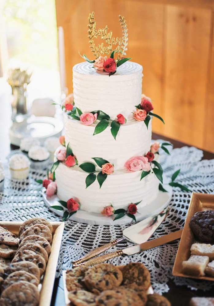 Se você vai casar de dia, prepare uma mesa com guloseimas para o café da manhã, mas não esqueça do bolo de casamento.