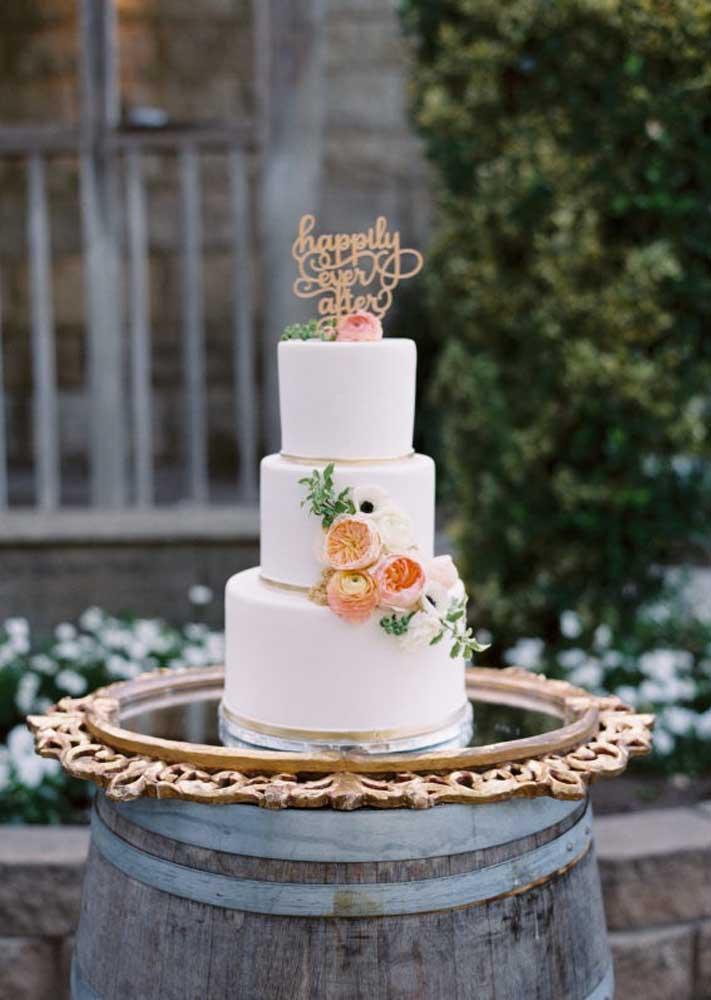 Nos casamentos mais rústicos, a mesa do bolo deve seguir a mesma linha. O que acha de colocar o bolo em cima de um barril? Apenas prepare uma bela base para o bolo ficar mais bonito.