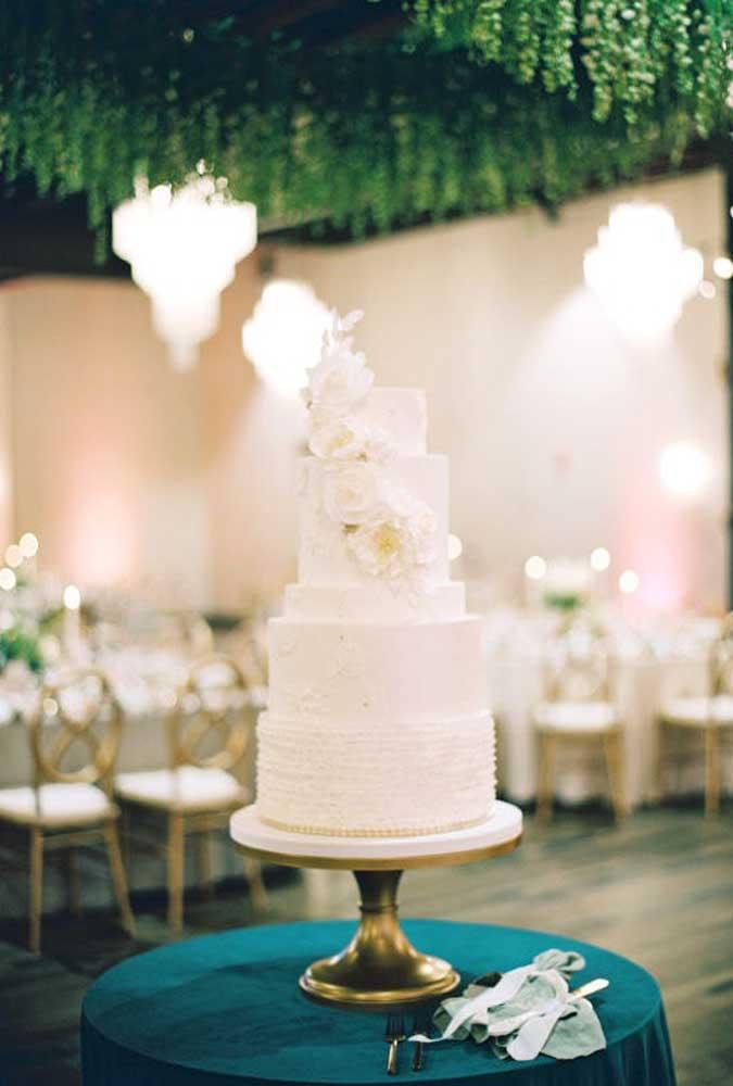 Da mesma forma acontece com esse modelo de bolo que leva apenas um detalhe com flores.