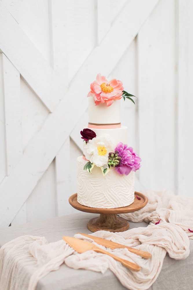 Se você não adepto de muita decoração, apenas faça um bolo com pequenos arranjos de flores e coloque em cima da mesa.
