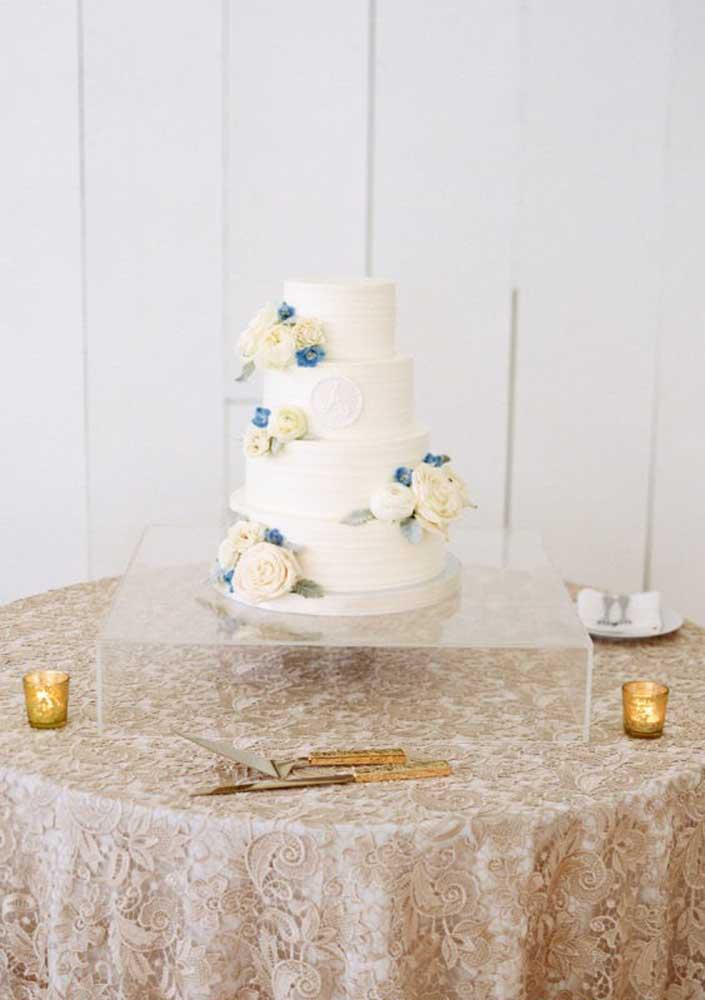 A cor azul também é uma ótima opção para fazer decoração de casamento. Nesse caso, ela foi usada apenas em um pequeno detalhe do bolo.