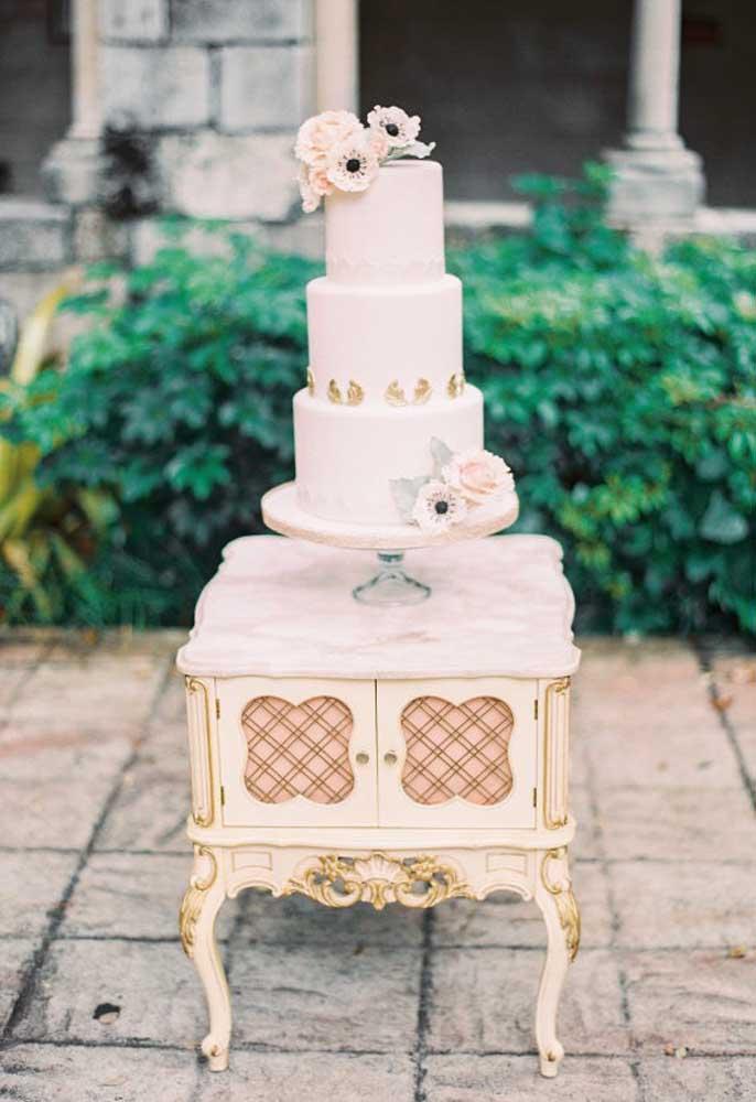 Para uma decoração mais retrô, vale pegar uma penteadeira antiga ou mesa de cabeceira para usar como mesa do bolo.