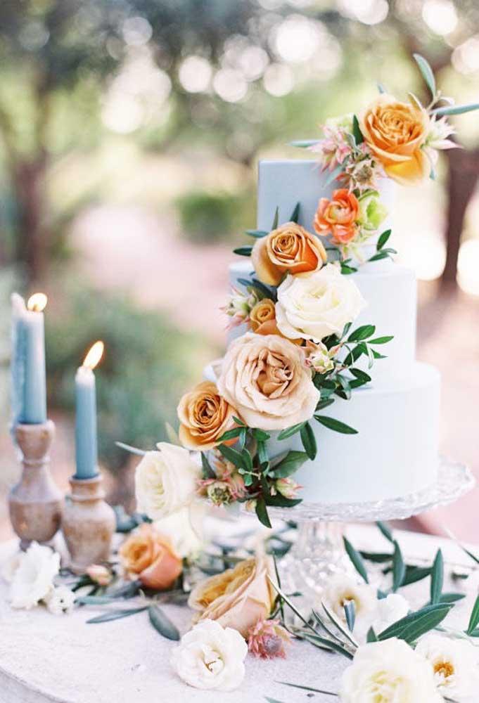 Os arranjos de flores são os mais usados na hora de fazer a decoração do bolo de casamento e da mesa onde ele será colocado.