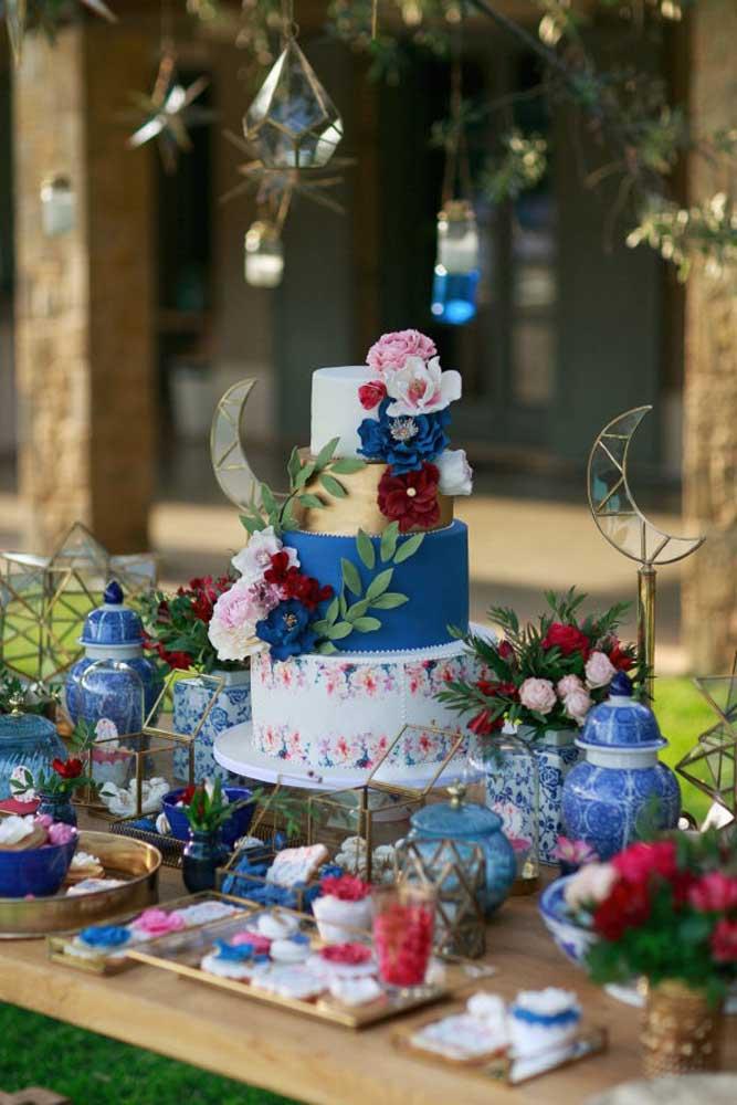 Siga o tema escolhido para festa na hora de fazer o bolo e decoração da mesa. Nesse caso, foi usado pasta americana para dar efeito no bolo. A intenção era copiar as estampas dos potes de porcelana.