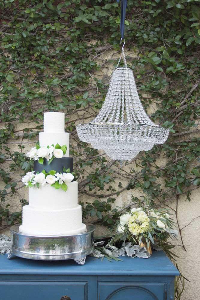 Pegue uma mesa simples e coloque na frente de uma parede viva. Para caprichar a decoração, use um lustre de cristais. Chique, sofisticado e elegante.