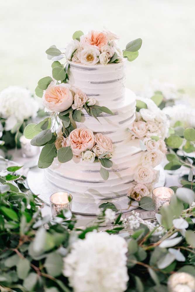 Se você preferir pode fazer arranjos de flores artificiais e espalhar toda essa decoração pela mesa do bolo.