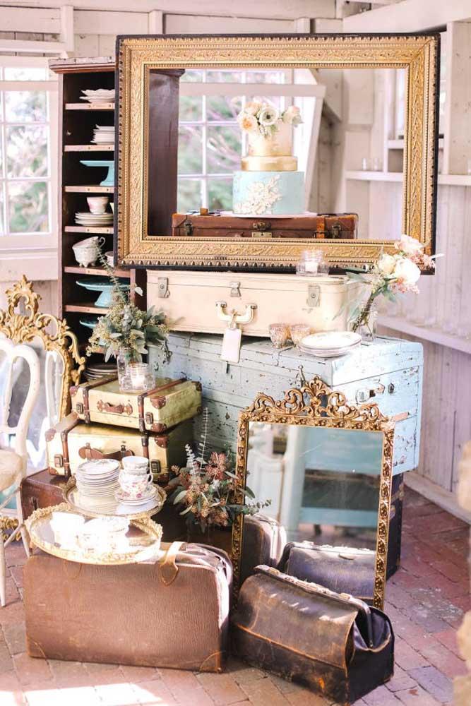 Nesse tema mais vintage misturado com viagens, para fazer a mesa de bolo foram usadas vários tipos de malas e tamanhos.