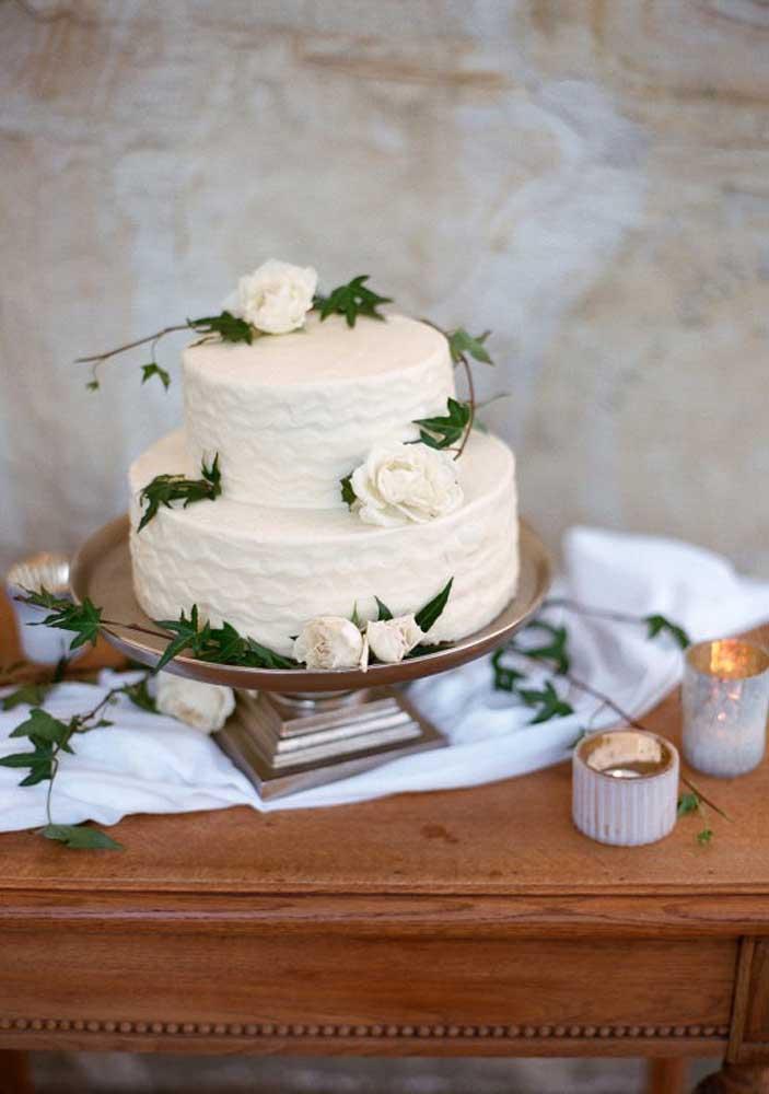 Para quem não gosta de exageros, o mais indicado é apostar em um bolo simples com pouca decoração.