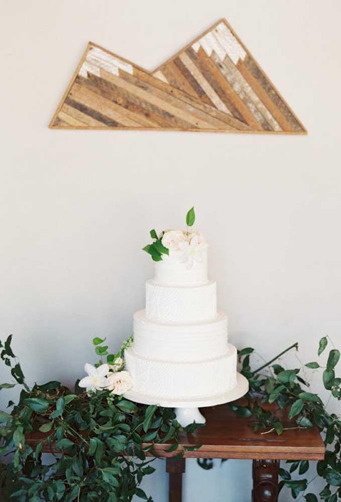 Basta pegar alguns galhos para decorar a mesa de bolo de casamento. Evite decorar o bolo com alguns detalhes para não fugir da decoração.