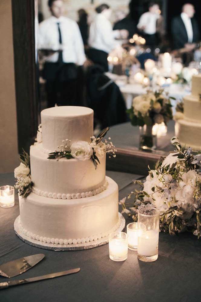 O bolo de casamento tradicional combina muito bem com uma decoração mais sóbria e sofisticada.