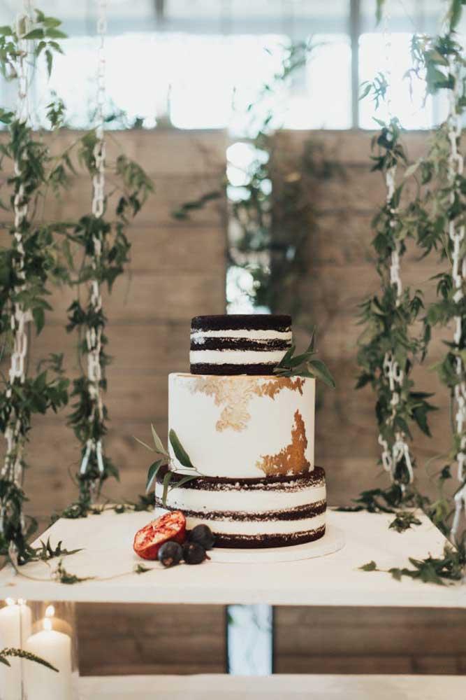 O que acha de fazer um bolo simples, mas diferente para o casamento? Para decorar a mesa, use galhos e frutas.