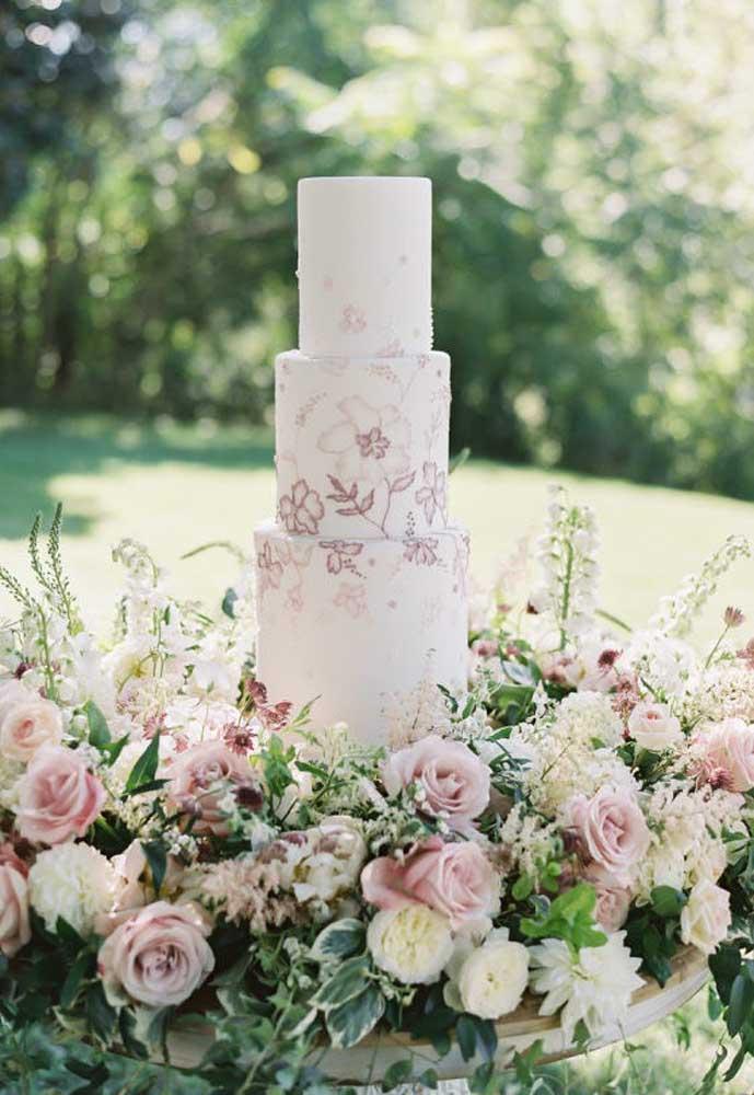 Muitas noivas preferem a personalização do bolo feita com desenhos. Nesse modelo, foram desenhadas flores diretamente na pasta americana do bolo.