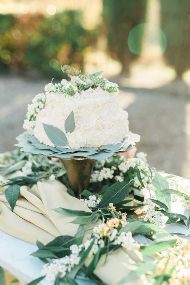 Não é porque o bolo é simples que a decoração não pode ser caprichada. Para isso, coloque várias folhas espalhadas pela mesa e alguns arranjos de flores em cima do bolo.