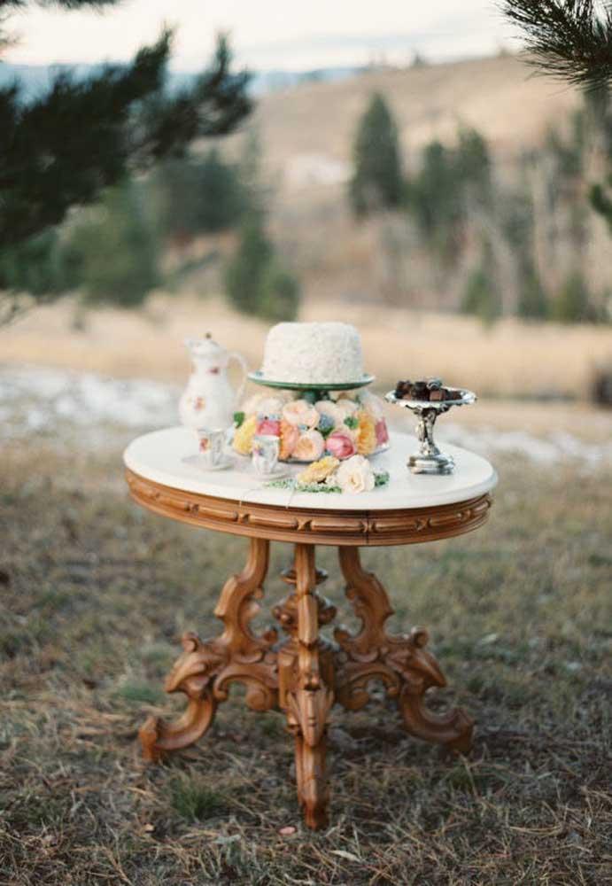 Se o casamento é no final da tarde, você pode decorar a base do bolo com vários tipos de flores, visto que o bolo é simples. Na mesa, apenas coloque uma jarra e xícaras de chá para as pessoas se servirem.
