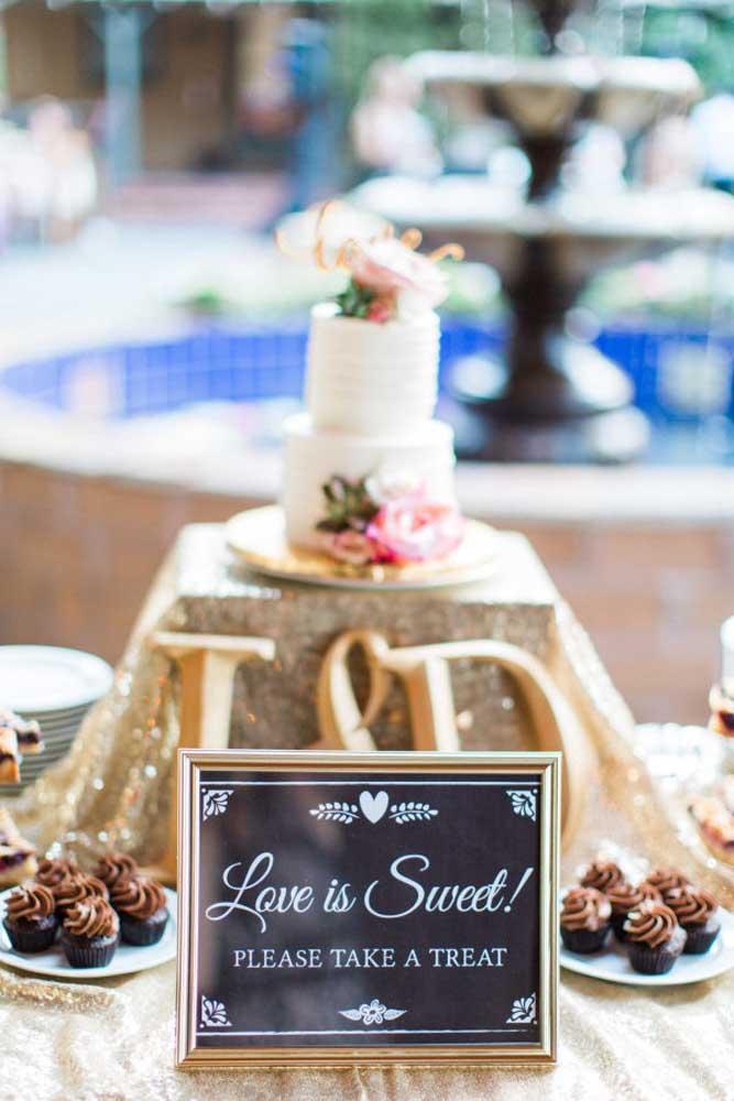 Além do bolo, decore a mesa principal com doces para as pessoas se servirem. Deixe uma placa avisando que elas podem se servir.