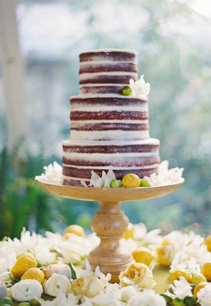 Olha que diferente essa decoração da mesa de bolo de casamento. Uma mistura de flores brancas com limão e laranja.