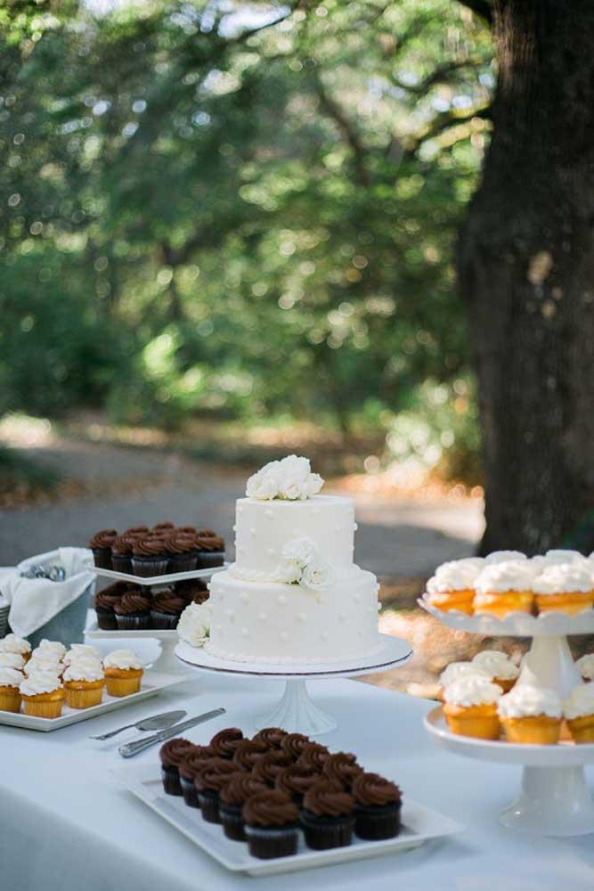 Mais uma mesa de bolo de casamento feita com doces para os convidados se servirem. Dessa forma, você nem precisa decorar.