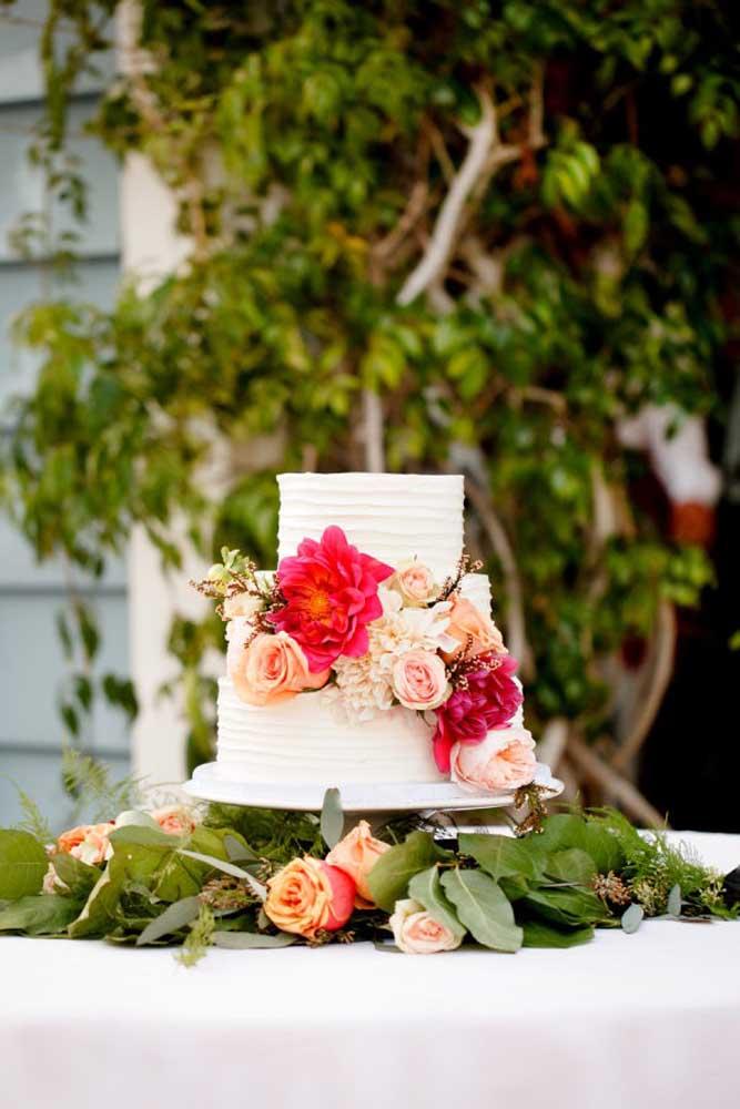 Nada mais adequado do que fazer uma decoração de casamento com bastante flores e folhas. Portanto, na mesa do bolo não é diferente, use e abuse delas