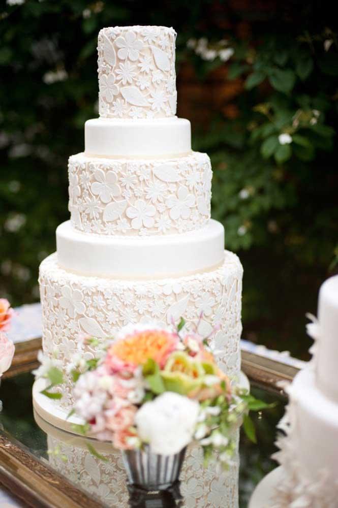 Capriche na decoração do bolo de casamento. A textura rendada é uma das mais usadas pelas noivas porque o efeito é realmente lindo.