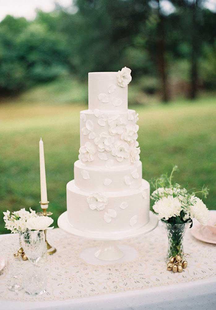 Que tal fazer uma mesa toda branca para colocar o bolo de casamento?
