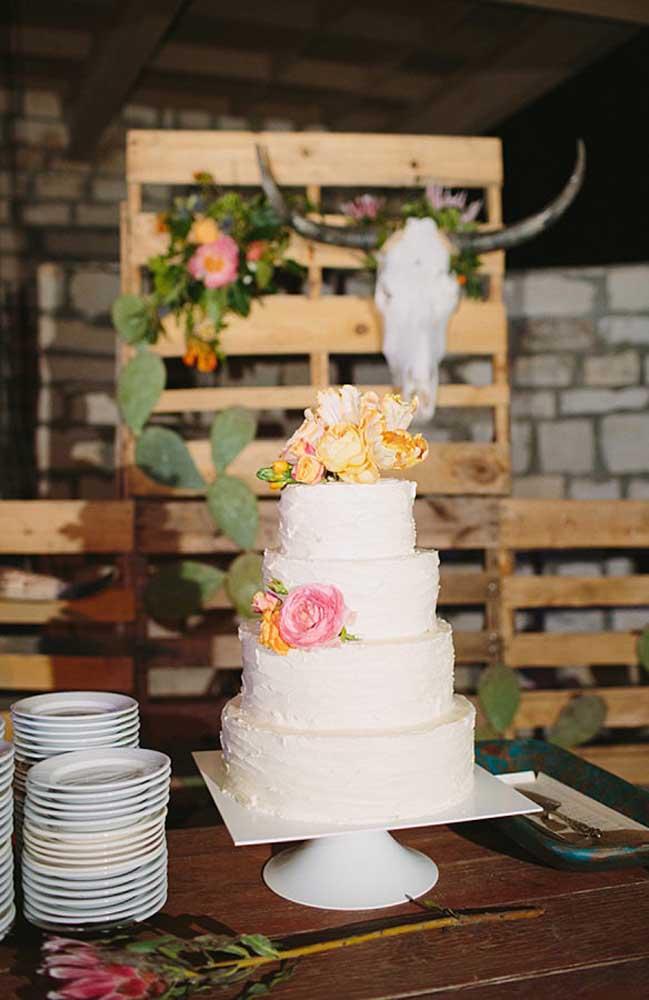 Se a decoração do casamento é algo mais rústico, você pode fazer um bolo tradicional e colocá-lo em uma mesa de madeira. Decore apenas com alguns arranjos de flores.