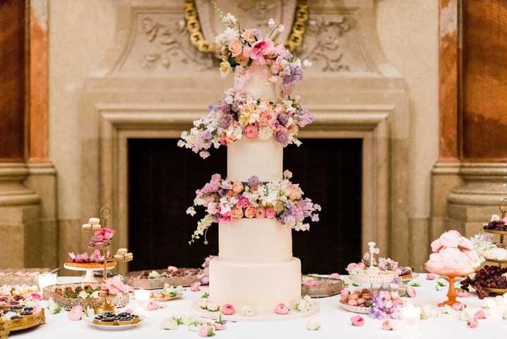 Somente usando um bolo fake para causar esse efeito no bolo de casamento.