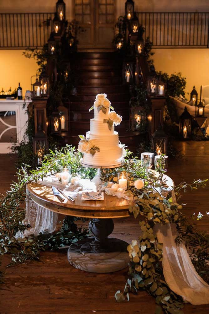 Agora se a intenção é fazer algo que chame atenção, coloque uma mesa no centro da festa, decore com vários arranjos de flores, copos de velas e faça um bolo com andares.