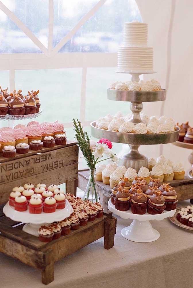 Os caixotes deram toque rústico a decoração dessa mesa de guloseimas, contrastando com a delicadeza dos doces