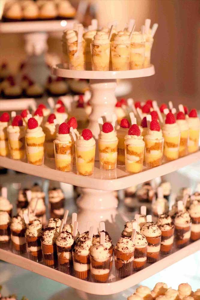 Mesa de guloseimas com doces no potinho para facilitar a vida dos convidados