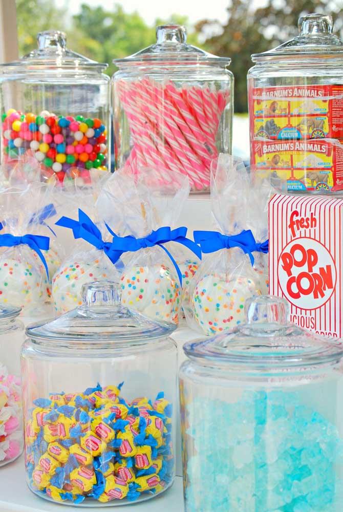 Os potes de vidro com tampa deixam a mesa de guloseimas com visual de loja de doces