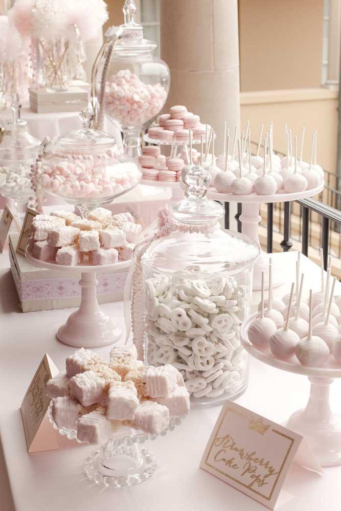 Tons suaves predominam nessa mesa de guloseimas e, acredite, não é difícil conseguir reunir doces da mesma cor