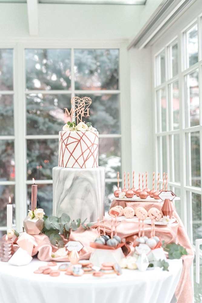 A mesa de guloseimas fica mais bonita quando organizada em níveis, como essa da imagem, assim os doces ficam espalhados em diferentes planos de visão