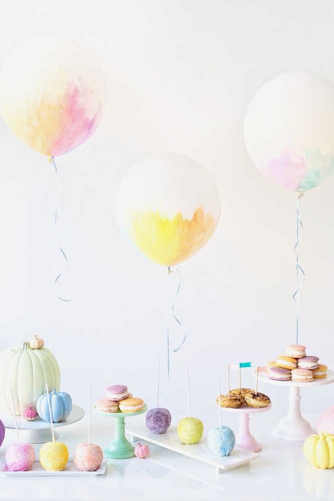 Os balões pintados à mão dão o toque de graça a essa mesa de guloseimas simples