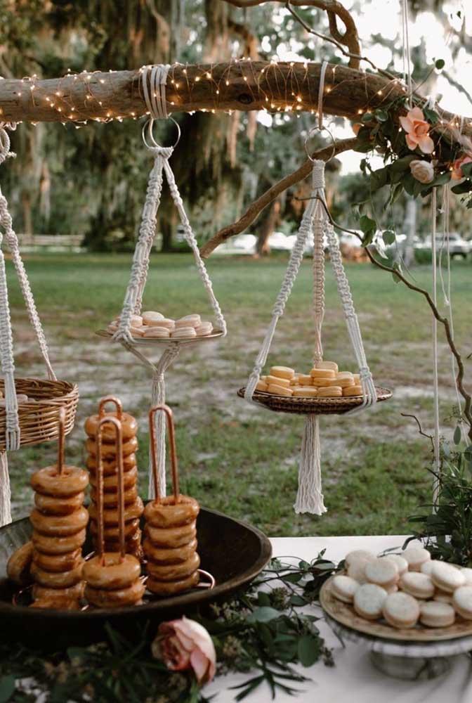 Que charmosa essa ideia! Os doces ficam em bandejas suspensas no tronco da árvore