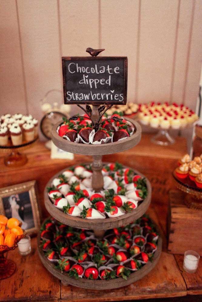 Morangos cobertos com chocolate! Não precisa de mais nada na mesa de guloseimas