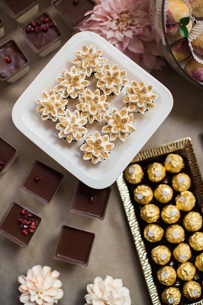 Um pouco de dourado para trazer glamour à mesa de guloseimas