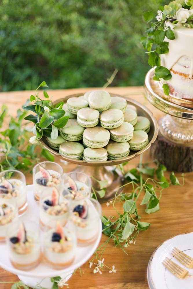 Os macarons verdes são o destaque dessa mesa de guloseimas