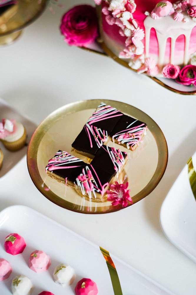 Essa mesa de guloseimas serve como inspiração perfeita para uma festa de 15 anos