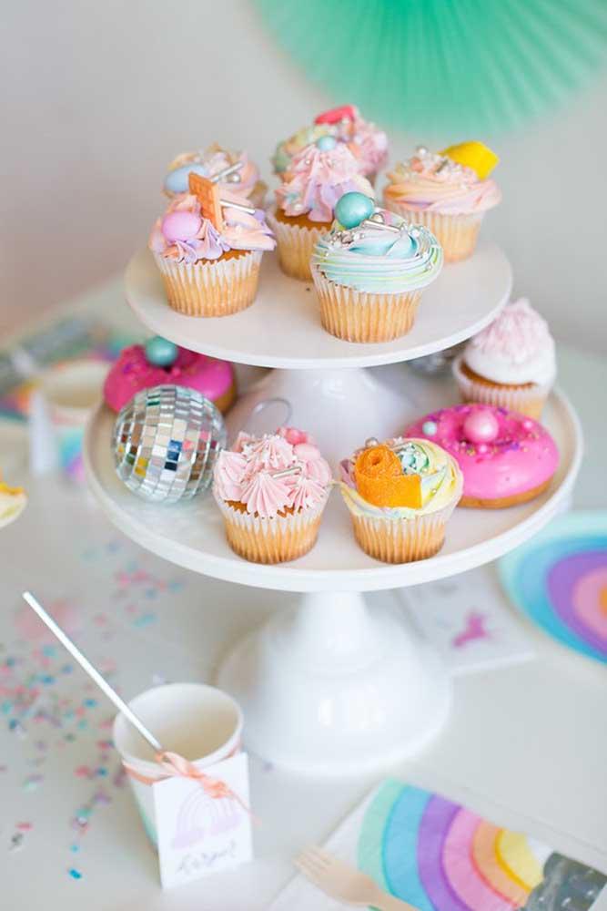 Cupcakes de cores e formatos variados para a mesa de guloseimas