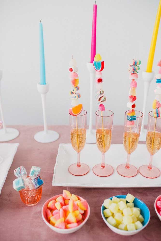 Docinhos no espeto e balas de gelatina para escolher a vontade