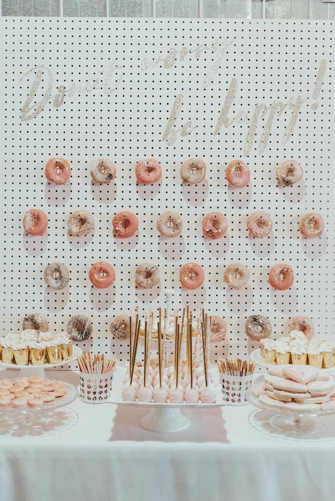 Um painel de donuts montado exclusivamente para a mesa de guloseimas