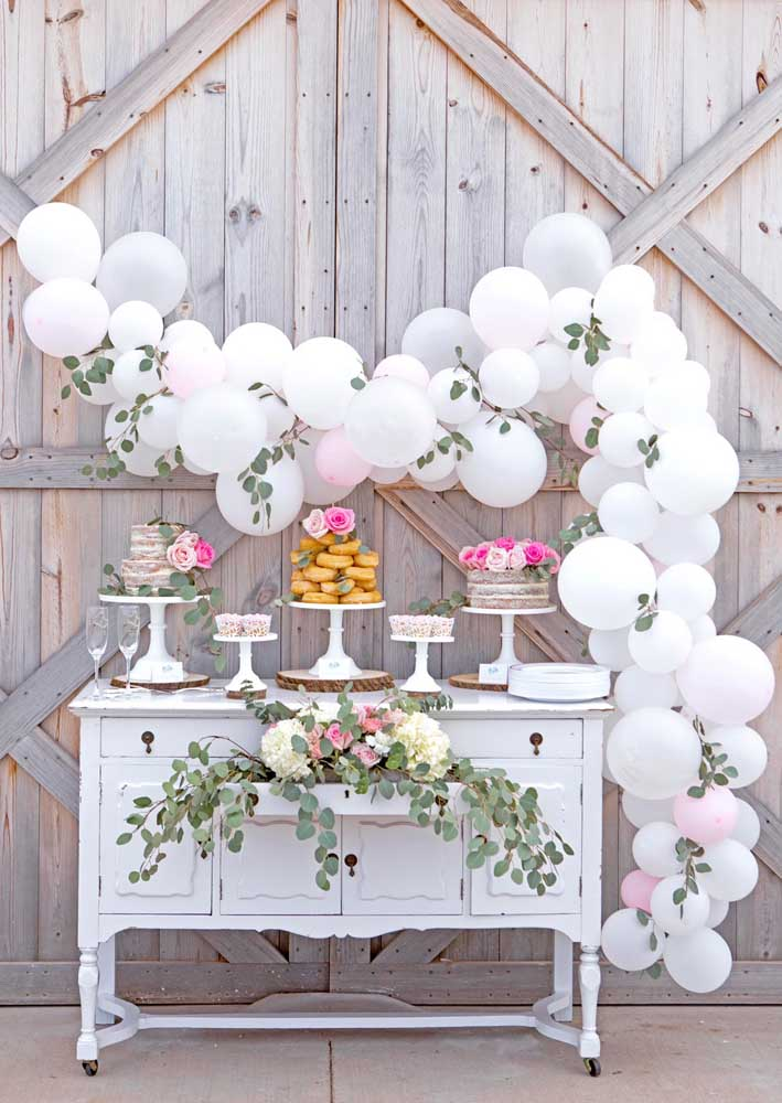 Rústica, romântica e delicada: a mesa de guloseimas perfeita para festa de casamento