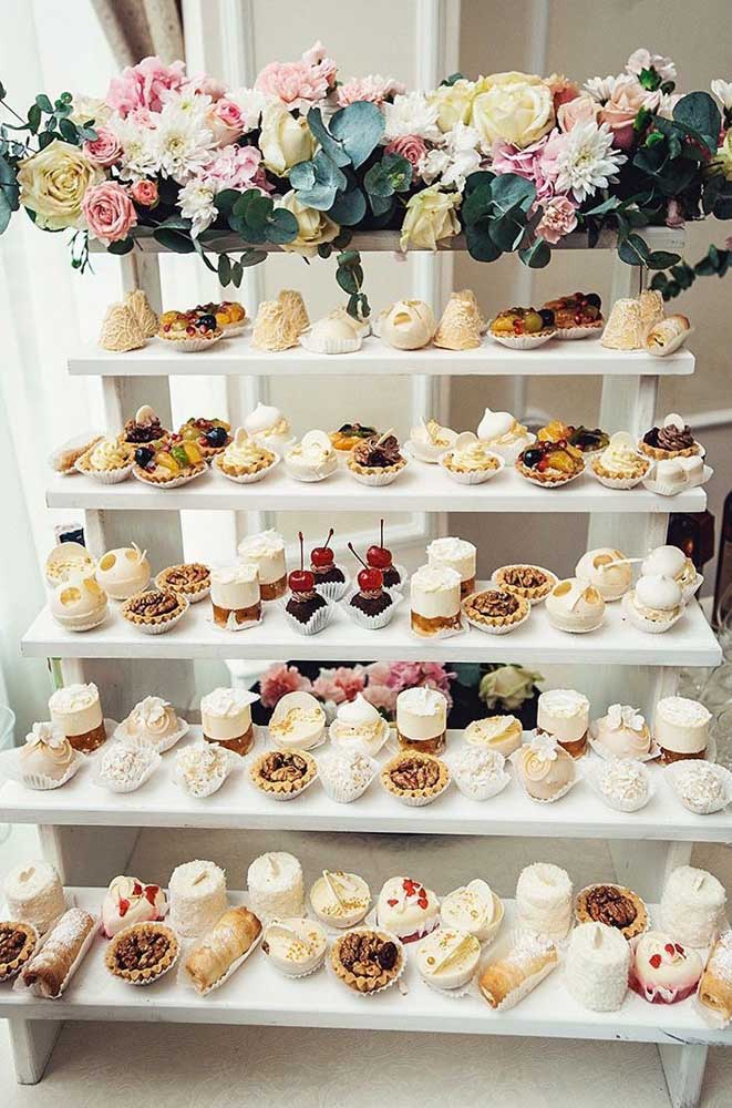A mesa de guloseimas nem sempre precisa ter cara de mesa; aqui, por exemplo, poderíamos chamá-la de estante de guloseimas