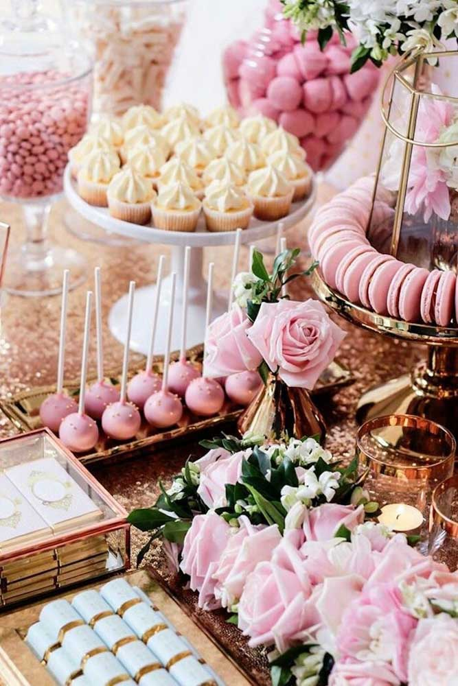 Os tons de rosa predominam nessa mesa de guloseimas delicada e romântica