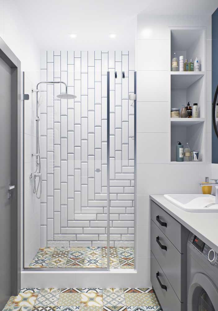 O piso colorido de estilo retrô traz um pouco de vida para esse banheiro de base branca