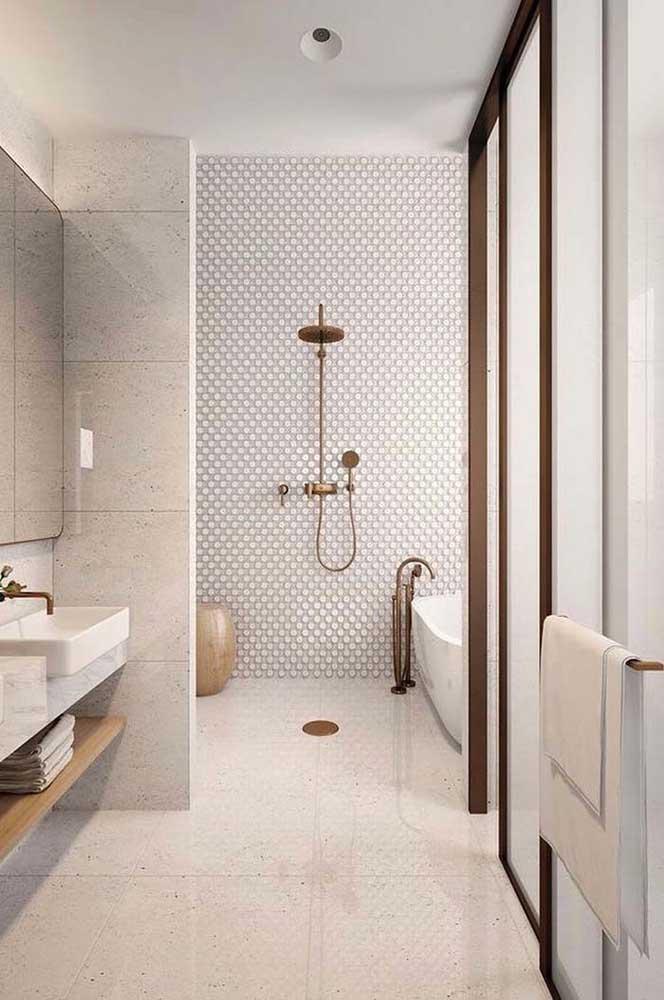 Os tons neutros e claros desse banheiro foram delicadamente contrastados pelo tom acobreado dos metais