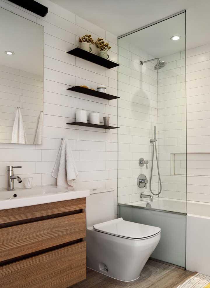 Instale prateleiras no seu banheiro, especialmente se ele for pequeno, essas pequenas tábuas de madeira são muito funcionais e decorativas