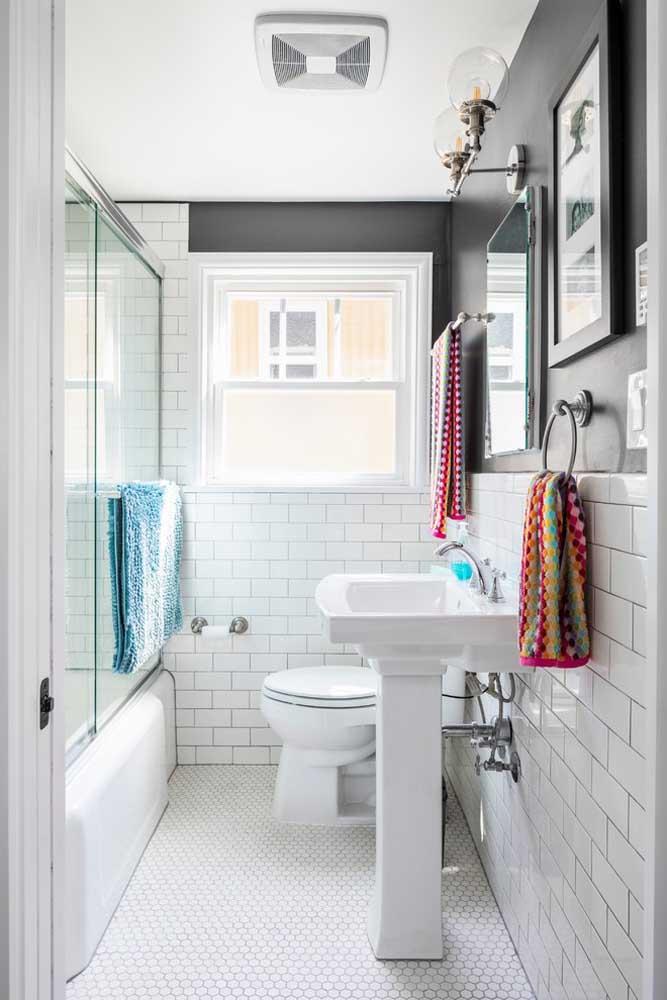 Detalhes retrôs, mas com cores modernas: um banheiro simples e bonito para se inspirar