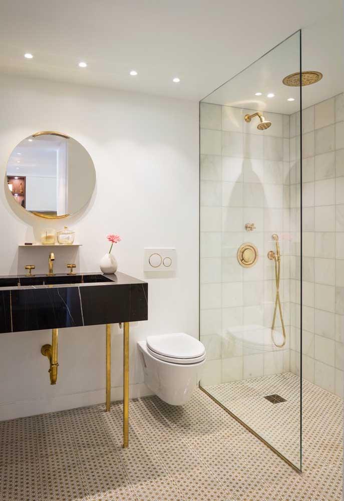 Mas se é um banheiro simples e elegante que você quer, anote a receita: cores neutras e claras na base, bancada de mármore, metais dourados e iluminação indireta
