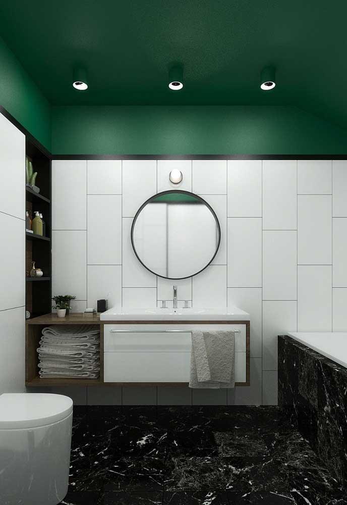 Verde no teto e mármore preto no chão, original e cheio de estilo esse projeto, não acha?